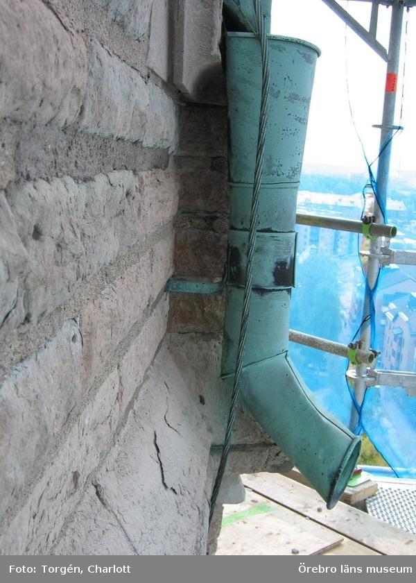 Renoveringsarbeten av tornfasader på Olaus Petri kyrka (Olaus Petri församling).Ursprungligt fäste med kopparstag, östra tornet.Dnr: 2008.230.065