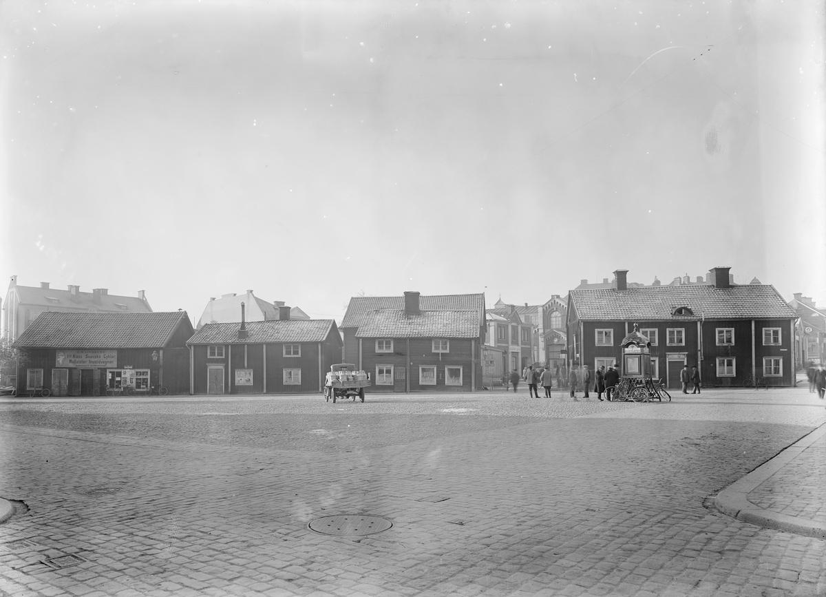 Medfaret negativ som det förutan visar unik utblick över Trädgårdtorget i Linköping. Året är 1926 och inom kort kommer träkåkbebyggelsen rivas för att ge plats för det så kallade Delfinpalatset.