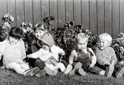 Gruppe 5 småbarn. Søskenbarntreff i solveggen.  Fem søskenba
