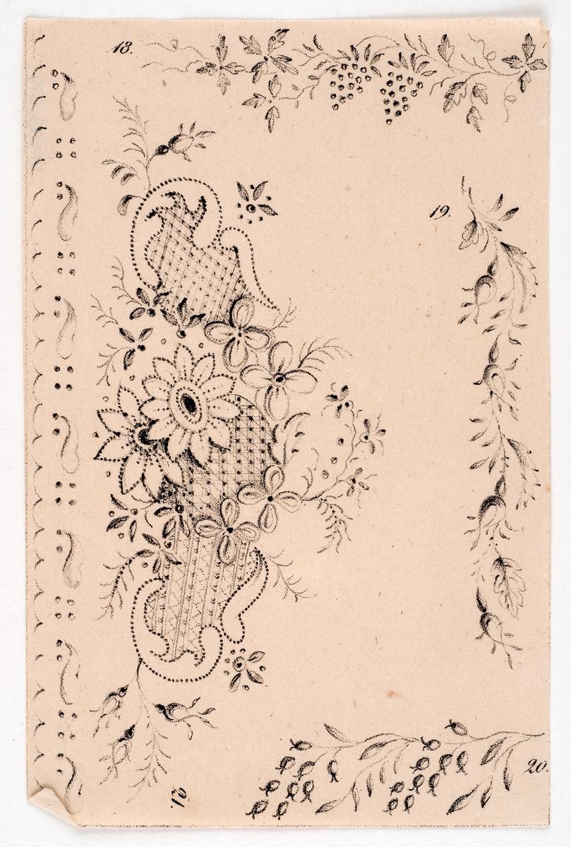Mönsterblad eller mönsterkort i gult kuvert. Kuvertet viks ihop. Åtta tunna blad med mönster med olika blommor, i korgar, fåglar m.m.  Text på kuvertet: Mönsterkort till moderna broderier med garner, silken eller perlor. Första samlingen. Pris.....12 sk. b:co.