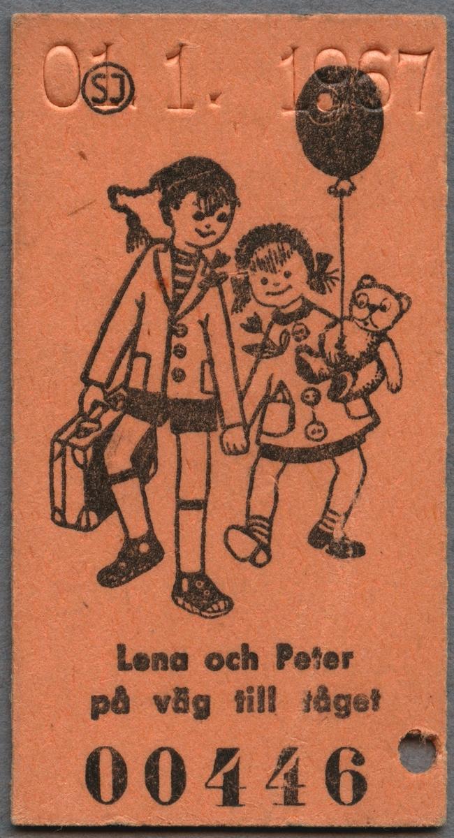 """Barnbiljett från SJ av papp i Edmonsonskt format. Längt upp finns ett präglat datum. Biljetten har ett tryckt motiv på ena sidan samt ett serienummer. Bilden föreställer två barn som håller varandra i handen samtidigt som de promenerar. Det ena barnet håller i en resväska och det andra barnet i en nalle och en ballong. Nedanför bilden står det """"Lena och Peter på väg till tåget"""". På den andra sidan står ett rim """"Tiddepom och piddelipåg, nog är det roligt att få åka tåg. Tiddelipom och pidellipunt, det säger hjulen när de går runt. Tiddelipom och piddelipett, men man ska väl ha en egen biljett. OCH DET HAR DU."""" Nedanför rimmet står det """"Småbarns-Biljett"""" med SJ logotyp bredvid och sedan """"Gäller för resa HEMIFRÅN-BORT och hem igen"""". Biljetten är klippt en gång."""