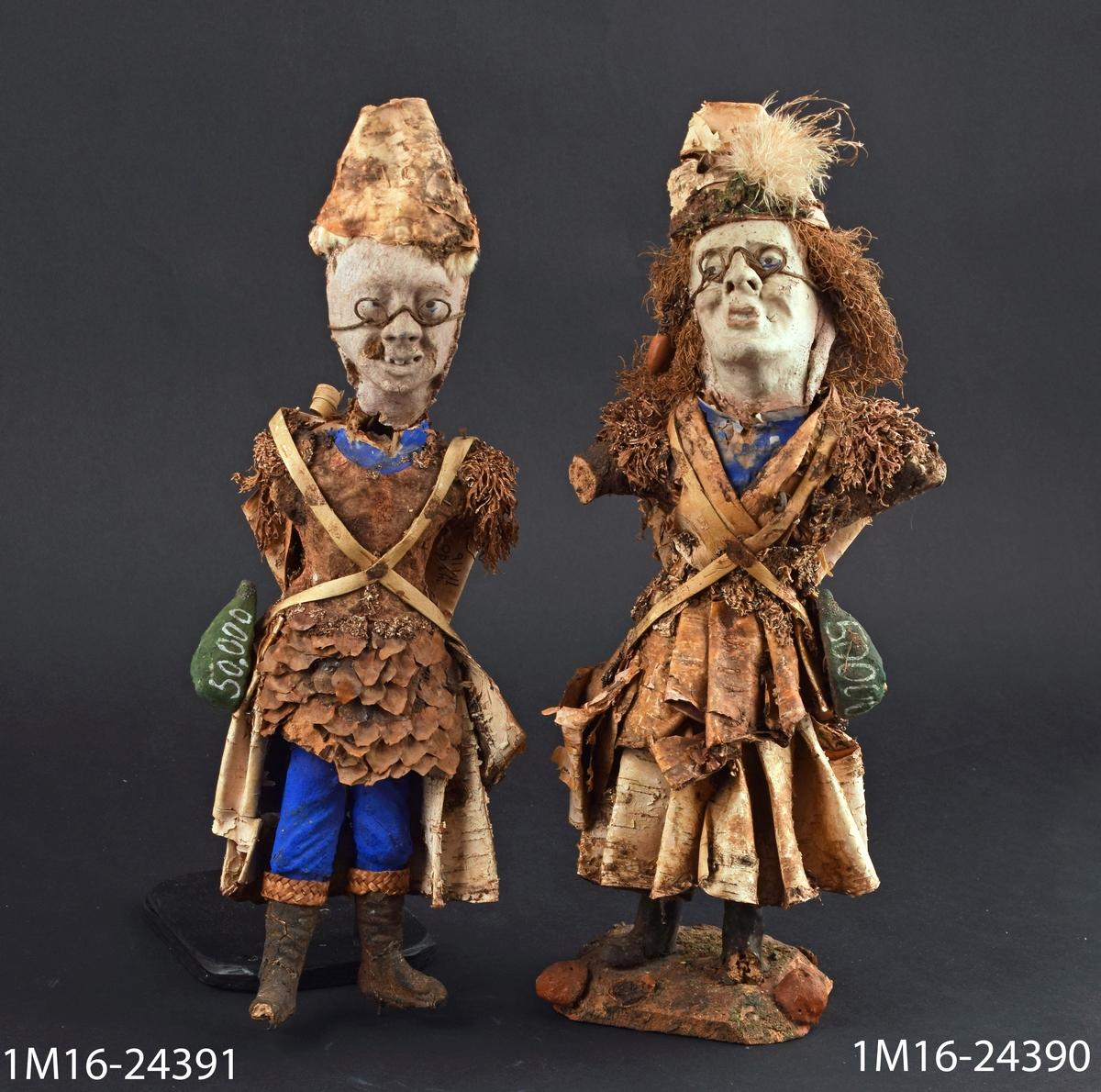 Docka, gjord av trä, näver och mossa med kvinnlig figur, på ryggen en kont, vid sidorna väskor. Har tillhört färgare Ekengrens i Skara. Har kastats och hittats av givaren.