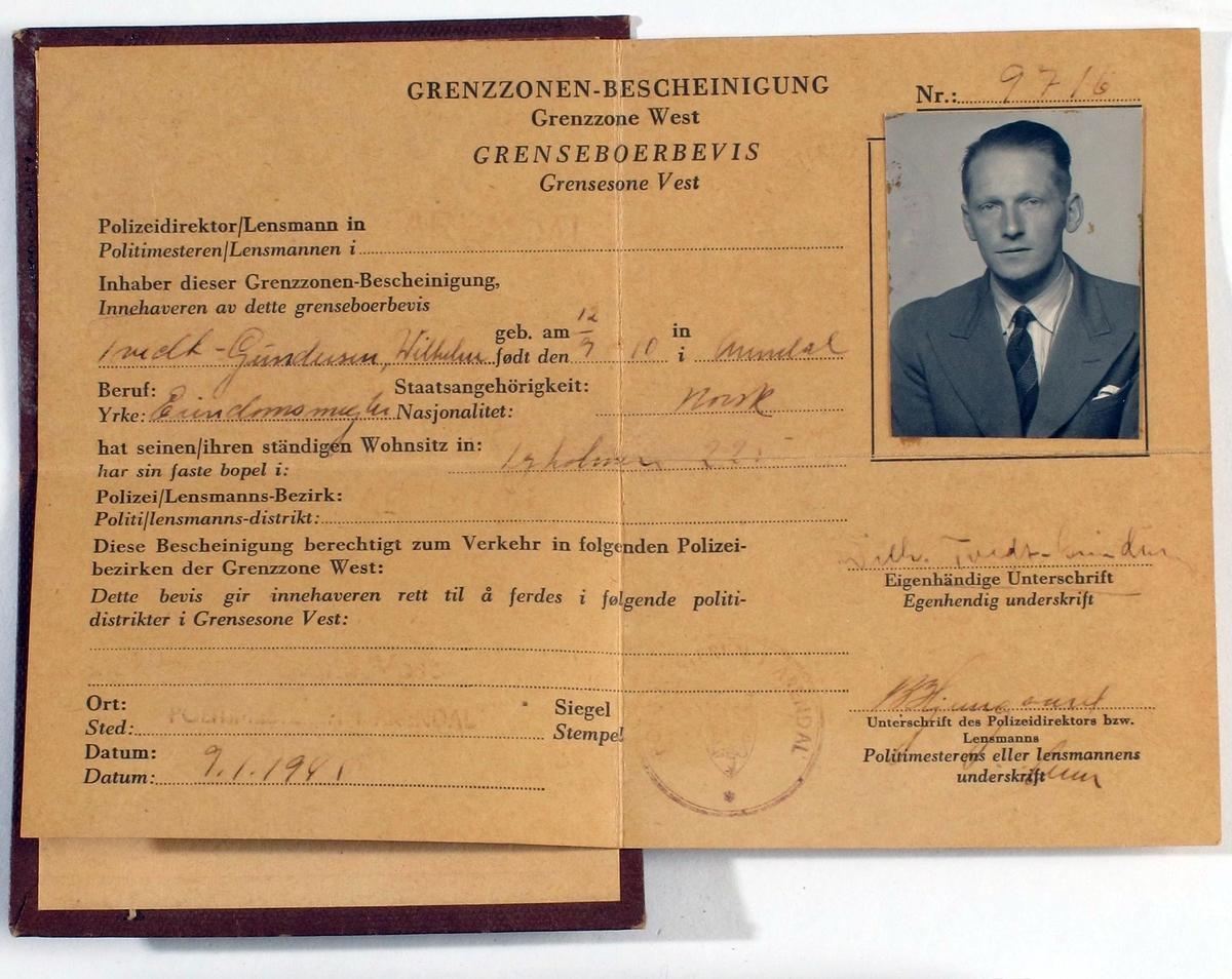Grenseboerbevis, fra krigen 1940 - 1945. Grønt papir i brunt omslag av  papp. Grenseboerbevis utstedt i Arendal 9. 1. 1945 til Wilhelm Tvedt-Gundersen, Tyholmen 225,  Arendal. Med foto.