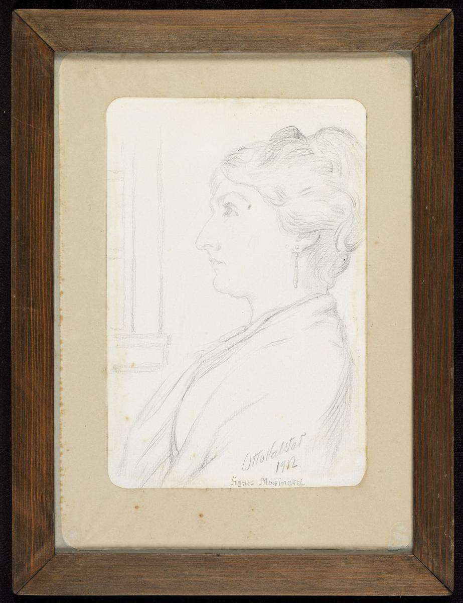 Kvinne, brystbilde, venstreprofil, litt av vindu