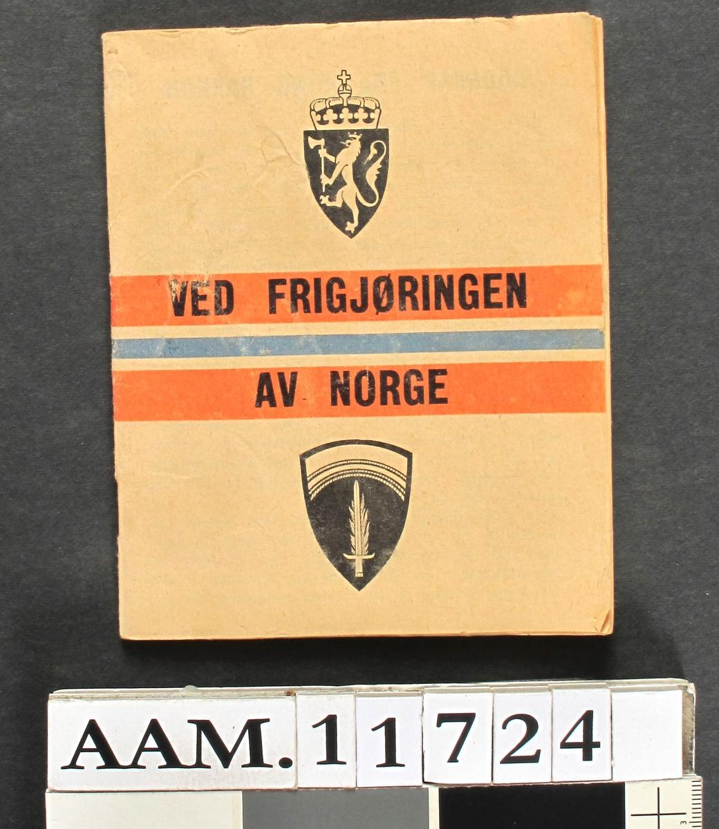 """Brosjyre:   """"Ved frigjøringen av Norge""""   papir  , heftet.   13,3x10,6.  Som AAM.11 644."""