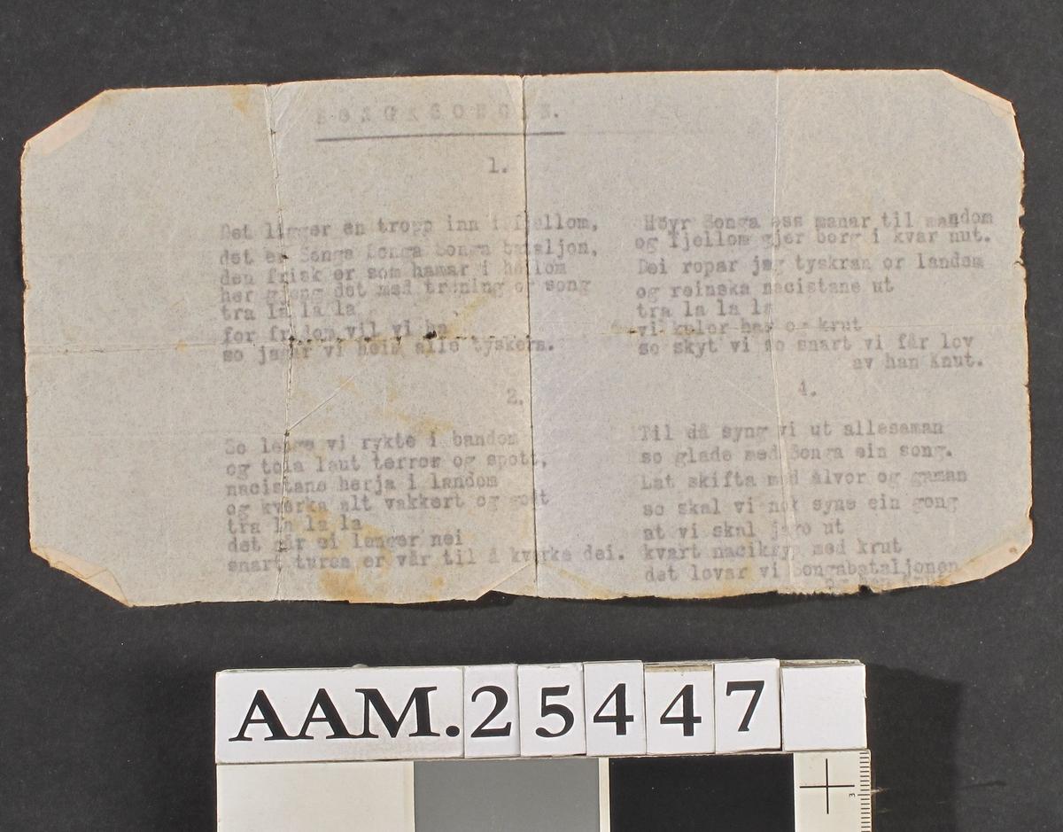 Et stykke gjennomslagspapir med svak, knapt leselig,  tekst.  Sammenbrettet, noe skitten utenpå.