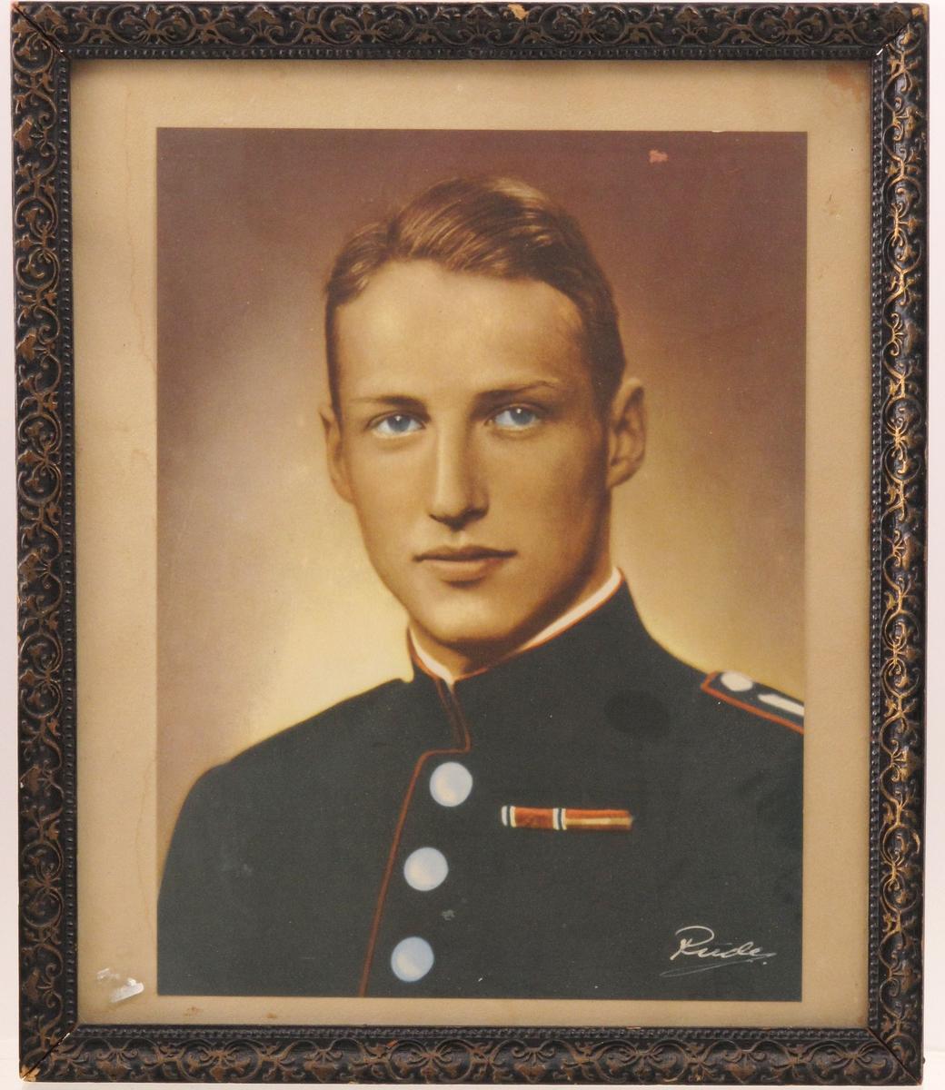 Portrett av prins (arveprins) Harald, (senere kong Harald V). Kolorert SH-fotografi. Kopiert i sepia, fargelagt uniform i blågrønt og rødt. Hvitt og blått, bl.a. øynene)