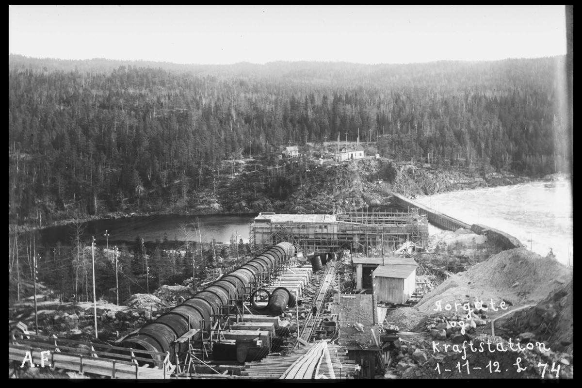 Arendal Fossekompani i begynnelsen av 1900-tallet CD merket 0469, Bilde: 54 Sted: Bøylefoss Beskrivelse: Rørgata, kraftstasjonen med skjerm. Sett fra Fossberg