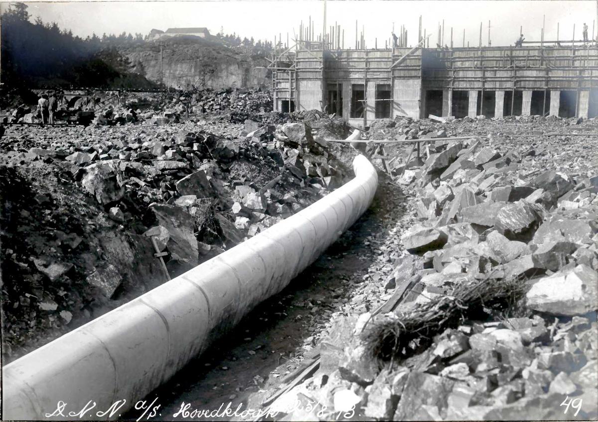 """""""25/08-1913"""" Nitriden. Hovedkloakk. På høyden i bakgrunnen vannbassenget. Omformerstasjonen, underetasjen støpt."""
