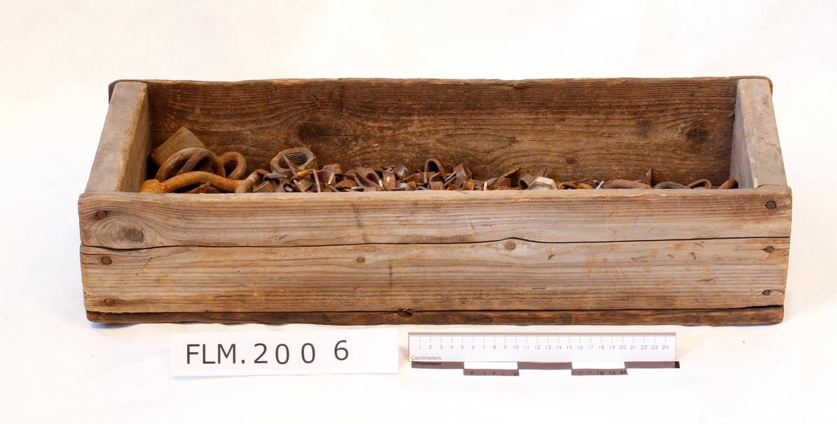Kassen inneholder fal og en del andre metallgjenstander.