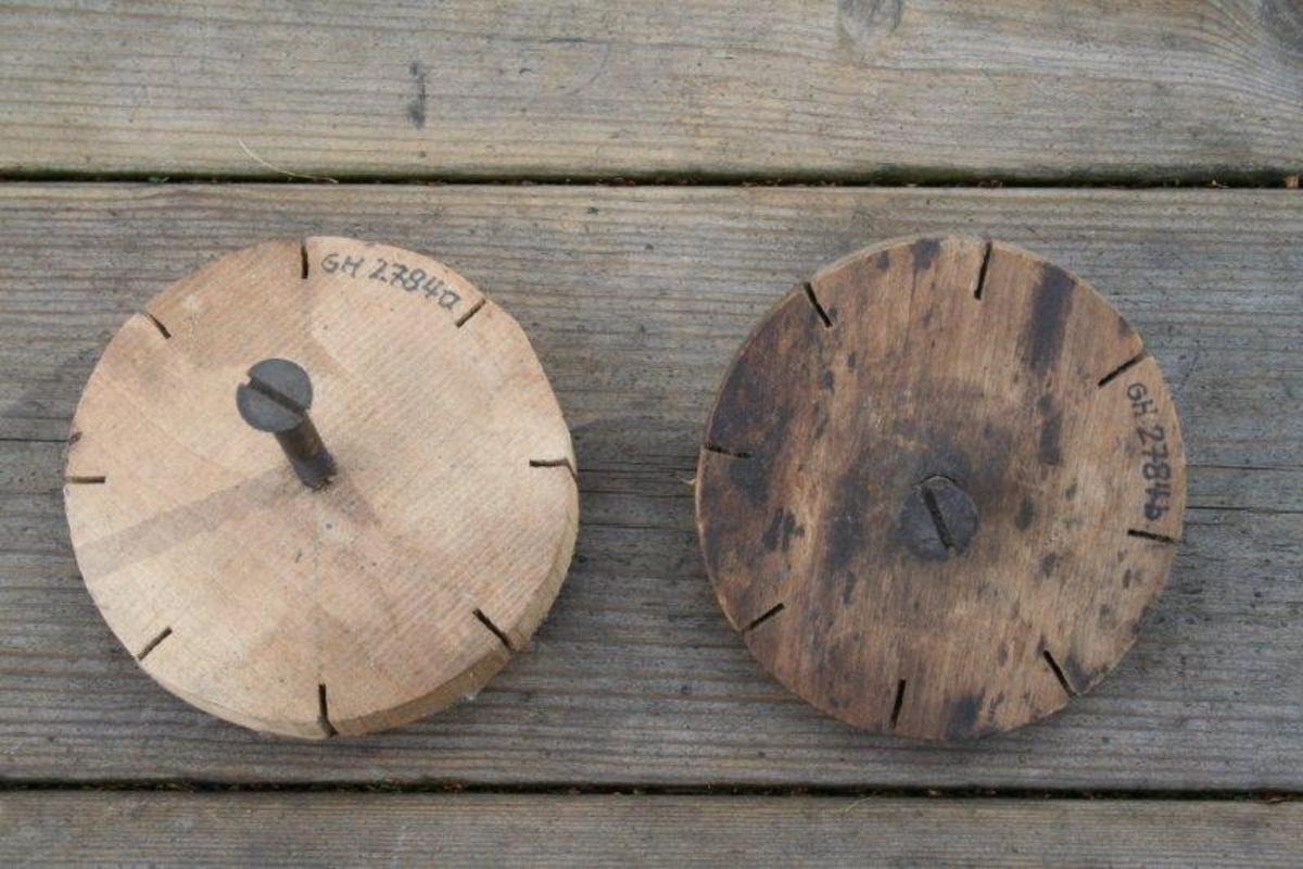 Sirkulær trskive med 8 sagskår 7-8 mm inn i skiven. En kraftig skrue er skrudd delvis ned i platen.