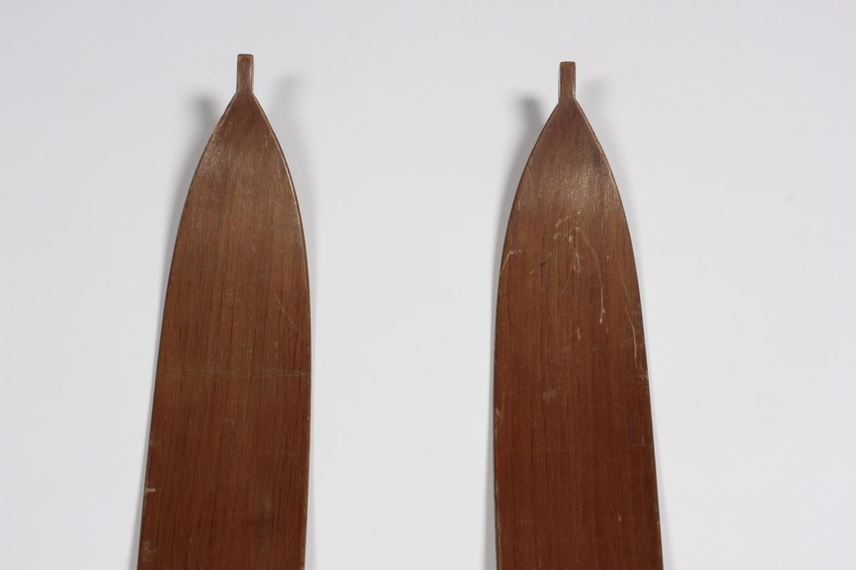 Et par ski med bindinger av metall.