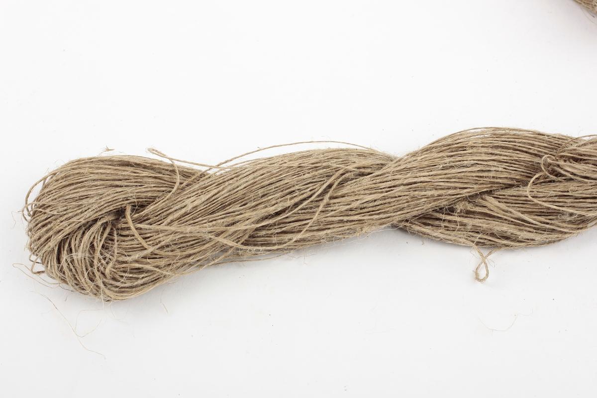 Forskjellige typer garn bundet sammen med hyssing. Hver garnnøste har merkelapp med informasjon om garntype. Totalt 14 garnnøster.  2tr prydvevgarn, ryegarn, ullspissgarn, lingarn, 1tr strikkegarn, innslagsgarn, renningsgarn og strygarn.