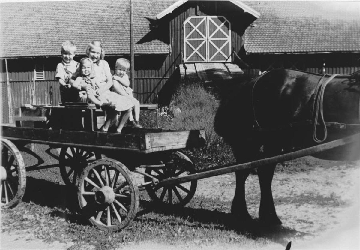 Magda Sundby med unger i langvogn? på tunet på Rullestad