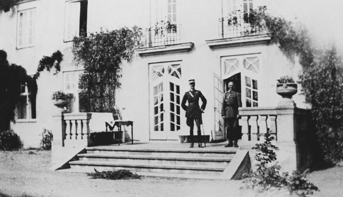 Kong Haakon på gården Bjørnebekk, i forbindelse med militærøvelse i 1937.