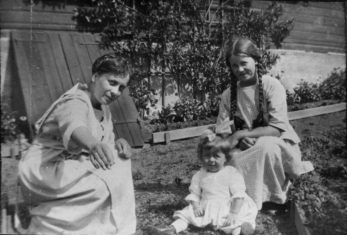 To unge damer, liten pike, kjellerlem