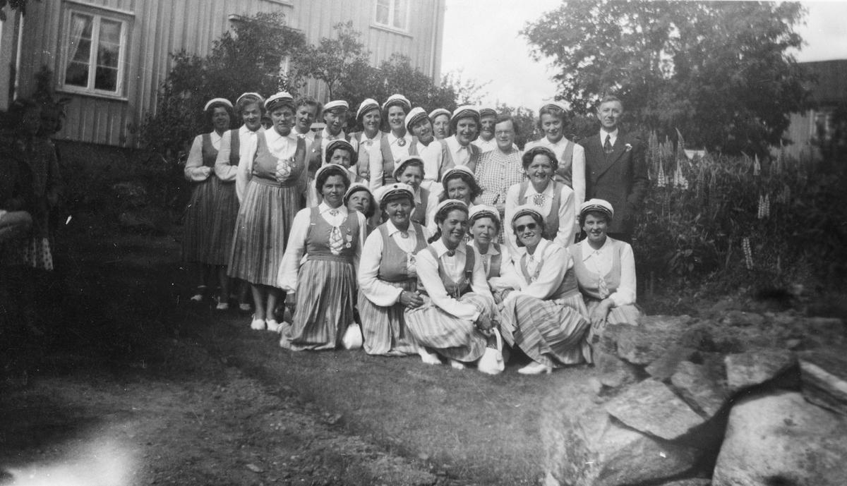 Kolbotn damekor, uniformert med bunader og sangerluer