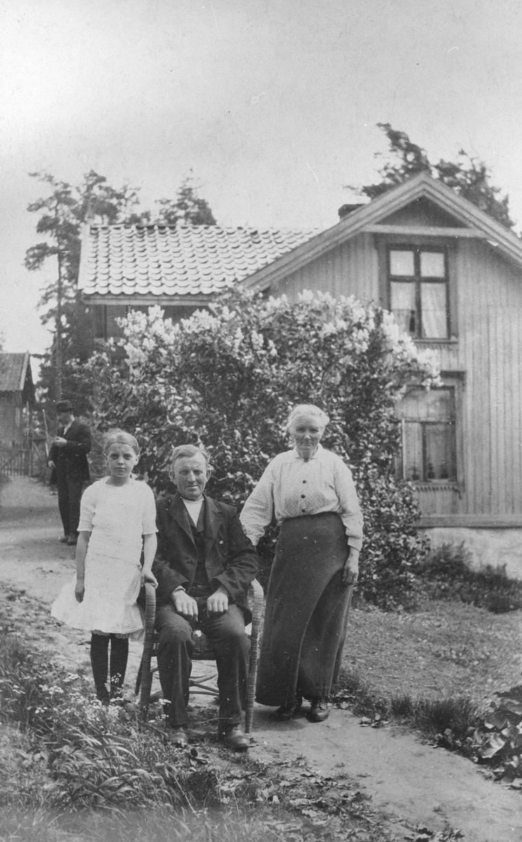 Villa Øvre Haglund med familien Andersen utenfor