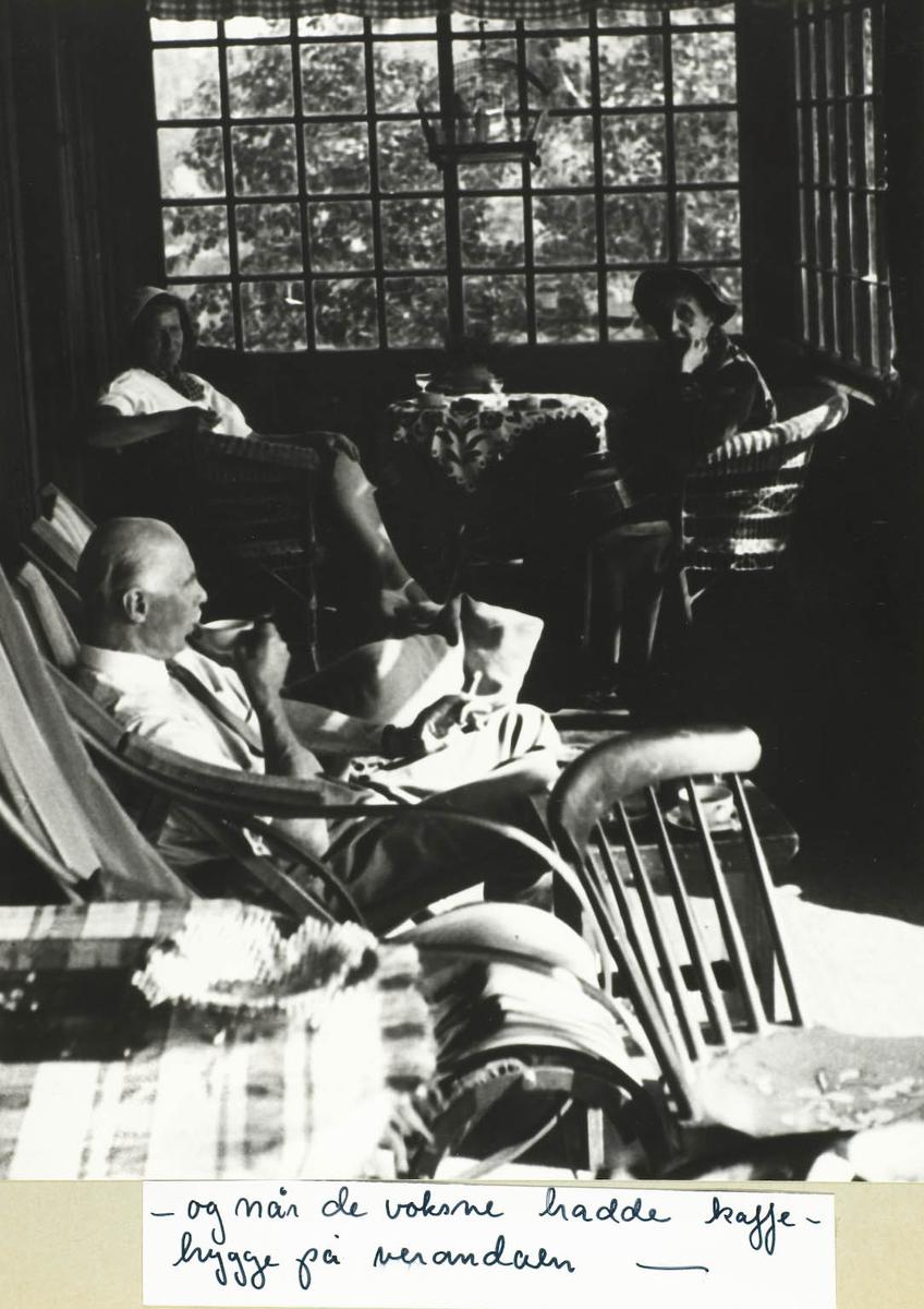 Tre personer sittende på veranda og drikker kaffe