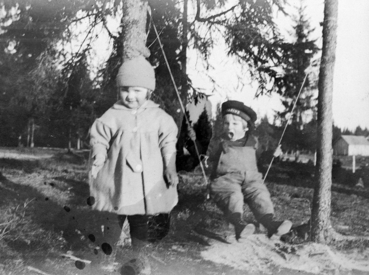Pike, ca. 4 år, og gutt på huske