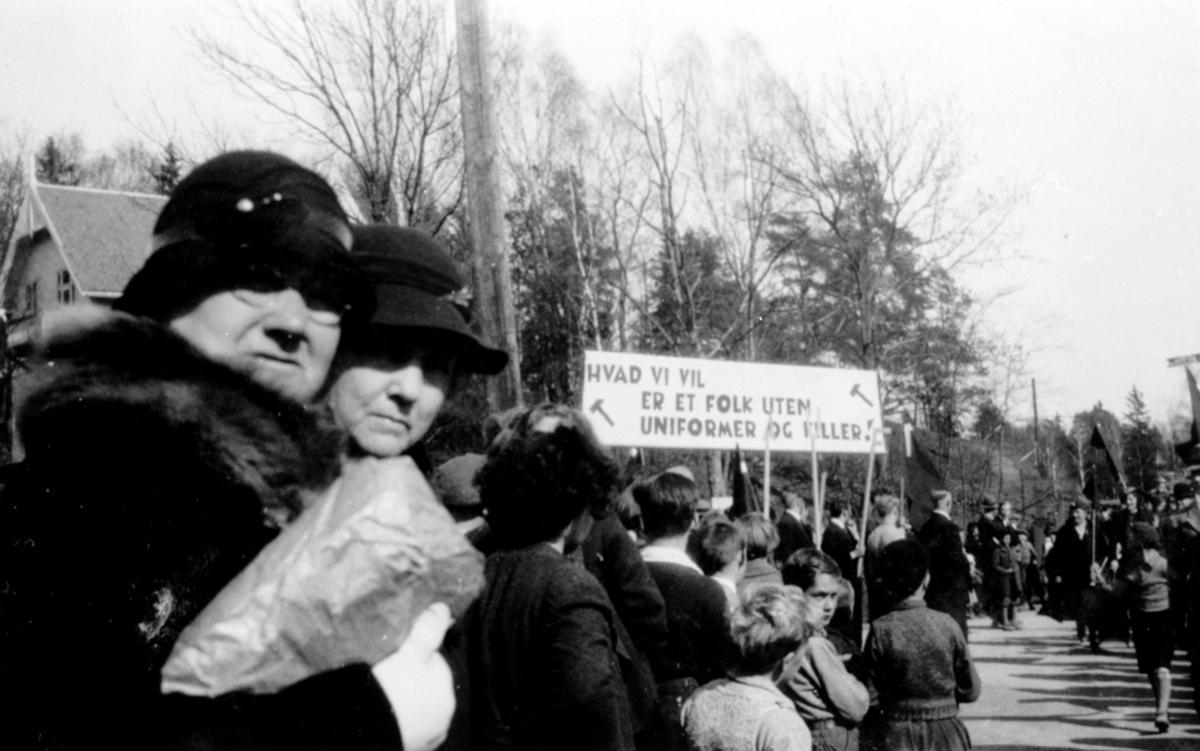 1 Mai demonstrasjoner, plakat mot krig?