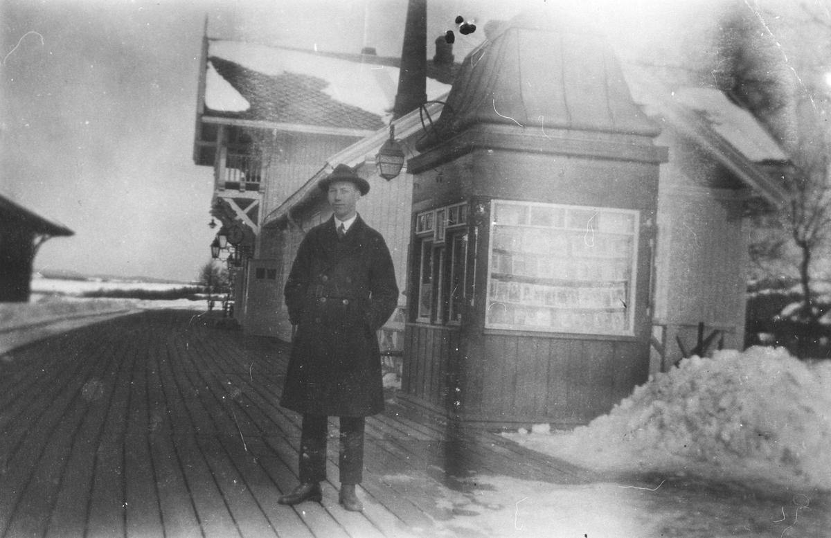 Kiosken ved jernbanestasjonen på Årnes.