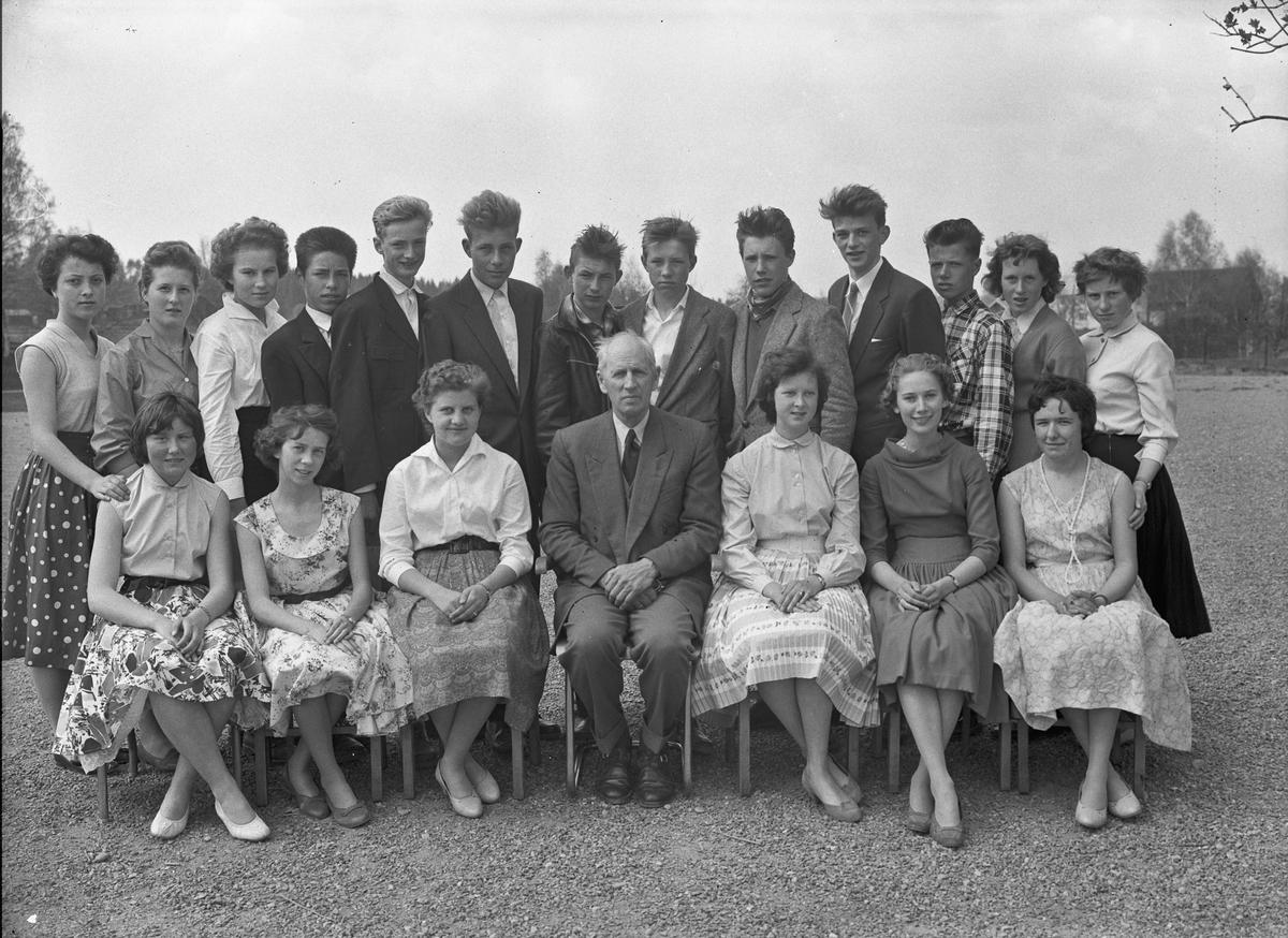 Skolebilde. Lærer Otto Norheim i midten foran.