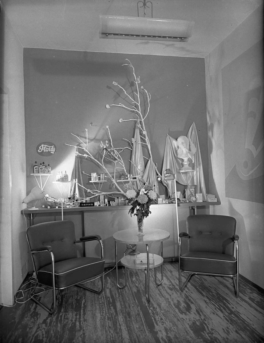 """Produktutstilling hos Marwell-Hauge. Bedriften startet opp produksjonen i Eidsvoll i 1956. Reklame for """"Floid"""" og """"Carven""""."""