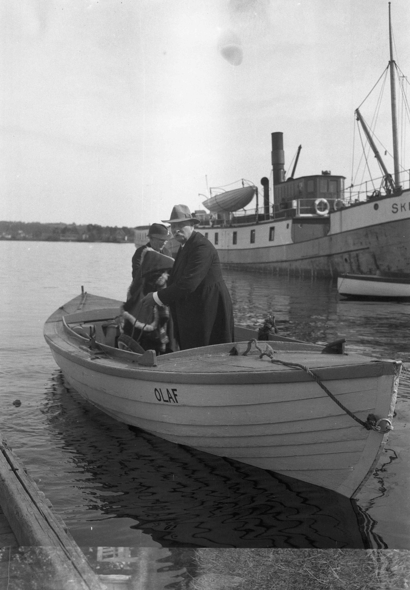 "2 båter - ""OLAF"" og en dampbåt."