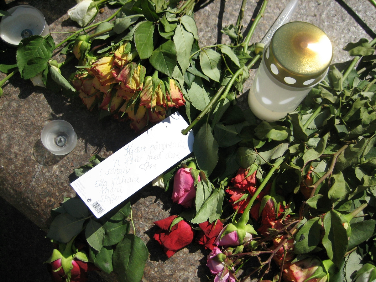 Minner etter terrorhandlingen den 22. juli 2011. Blomster, kort og lykter på fontene på Lillestrøm torg.