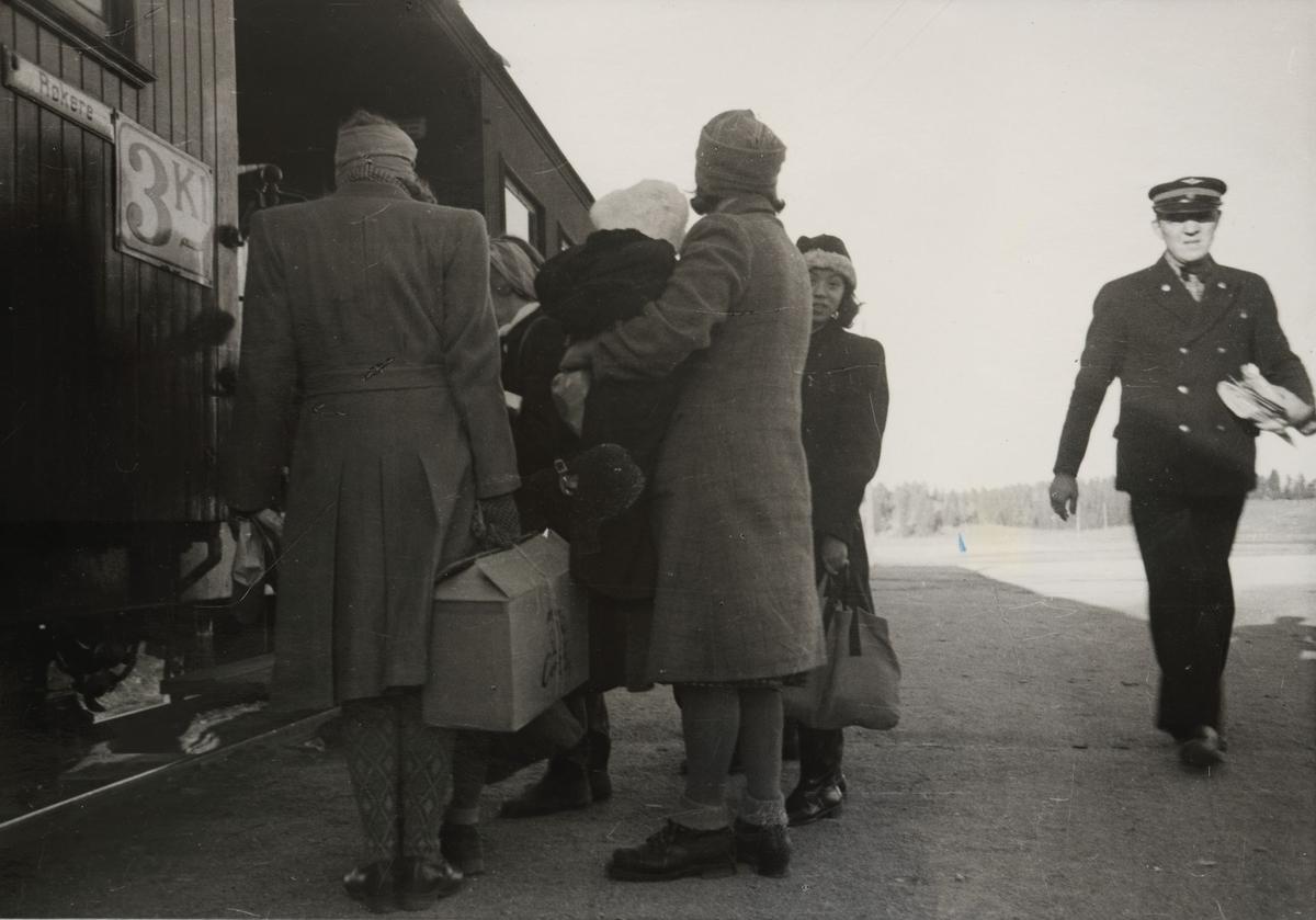 Tog til Skulerud. Reisende går ombord. Togekspeditør Håkon Kjeldsrud (ble senere konduktør/overkonduktør).