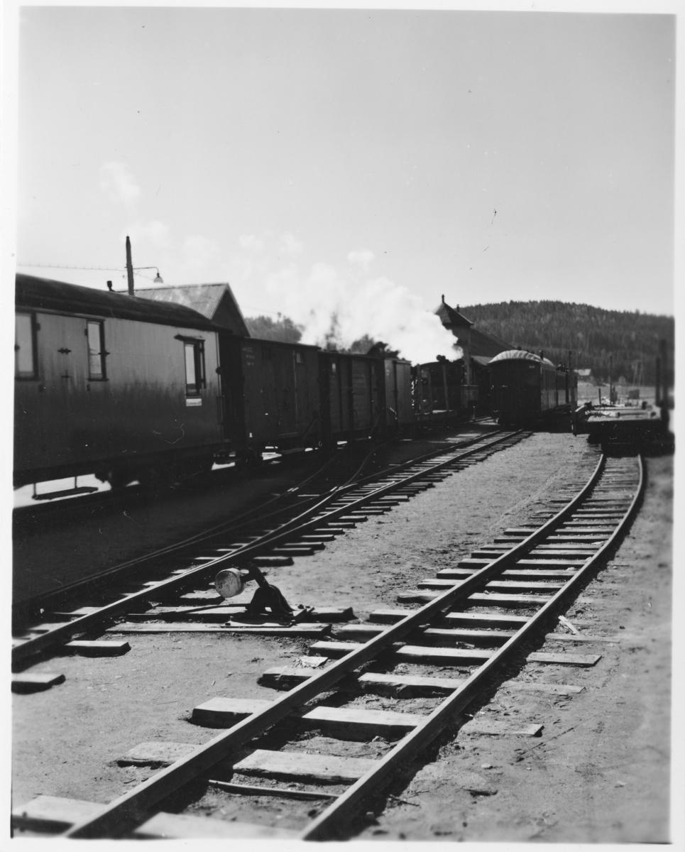 Tog 2051 til Skulerud står klart til avgang fra Bjørkelangen stasjon. Lok 7 Prydz. Vogn To5 (først i toget), G7, G55, G57 og CFo5.