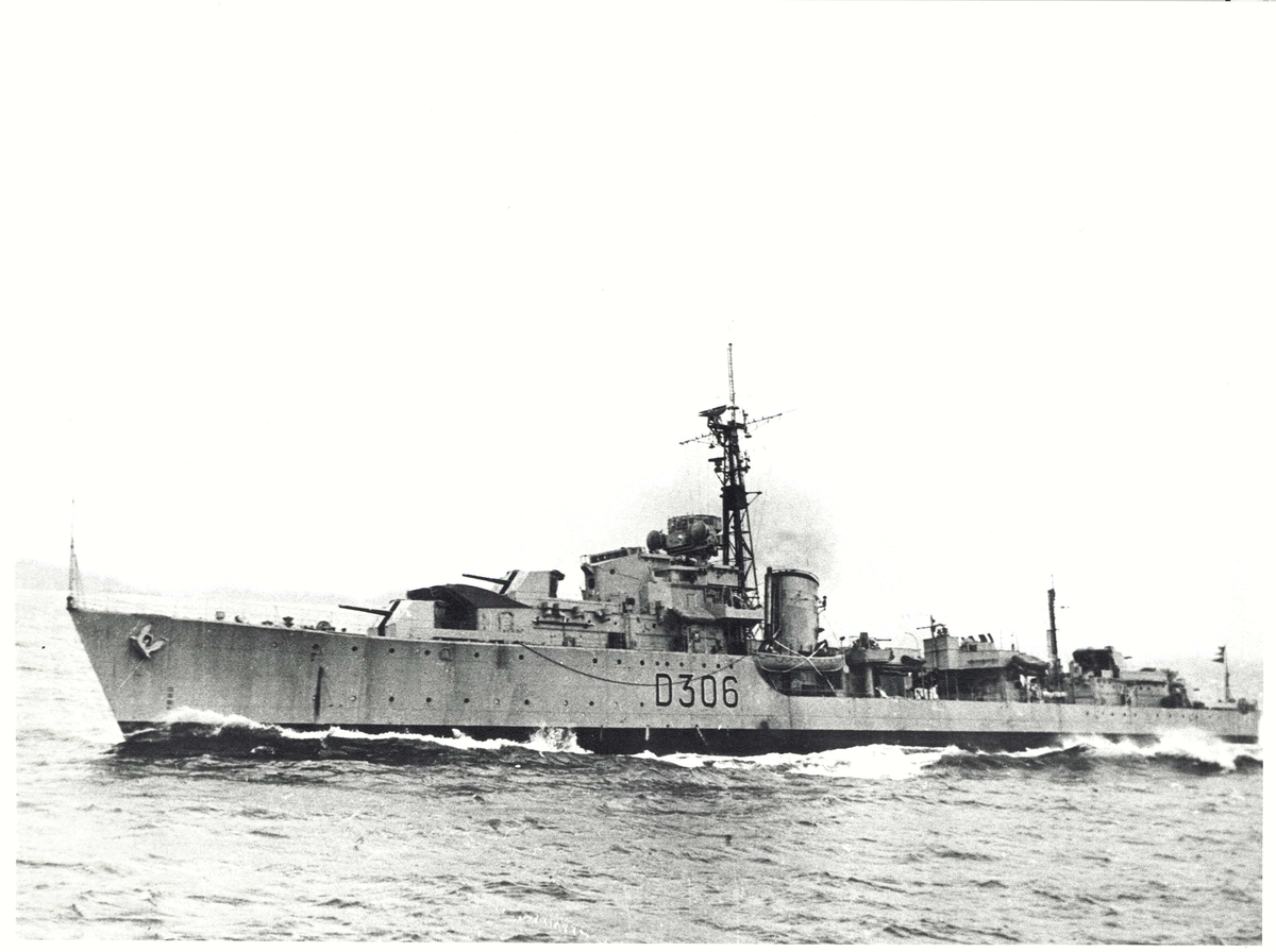 Motiv: Jageren KNM STAVANGER (D 306) i sjøen. Babord side