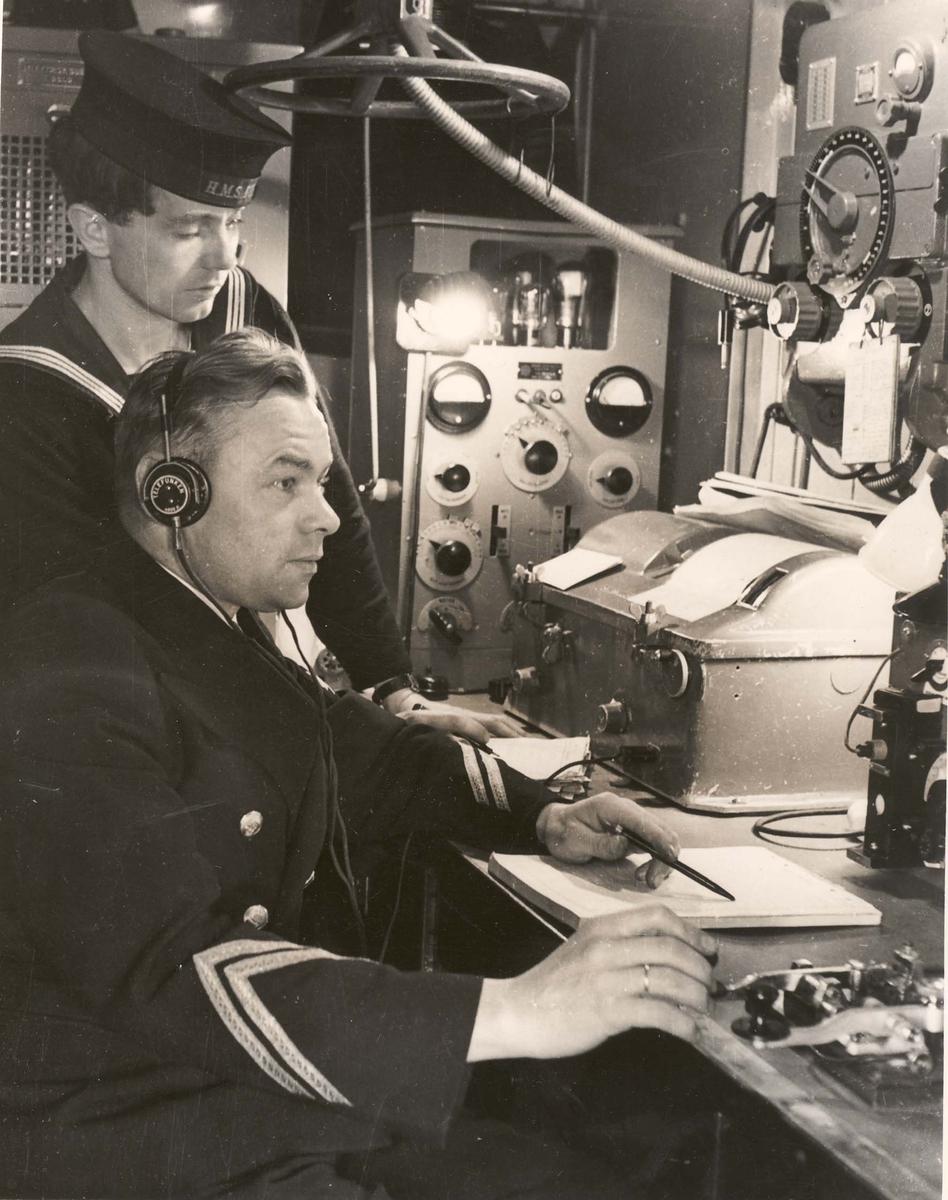 """Jageren """"Sleipner"""", radiostasjonen med bestyrer kvm. Martinsen under 2. VK."""