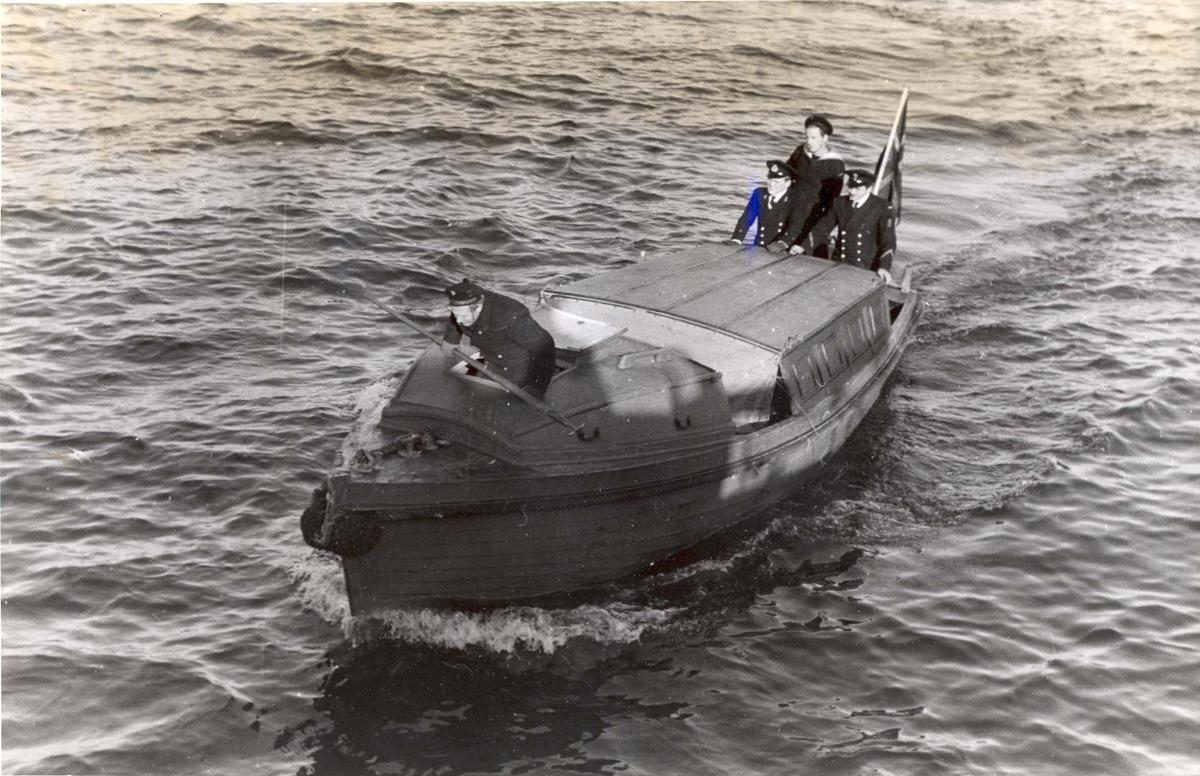 """Enkeltbilde. Jageren """"Stord"""" under oppøving, klarsjøing. Stuerten returnerer fra land etter å ha kontrollert utrustningen mens skuta oppholder seg  i Scapa Flow"""