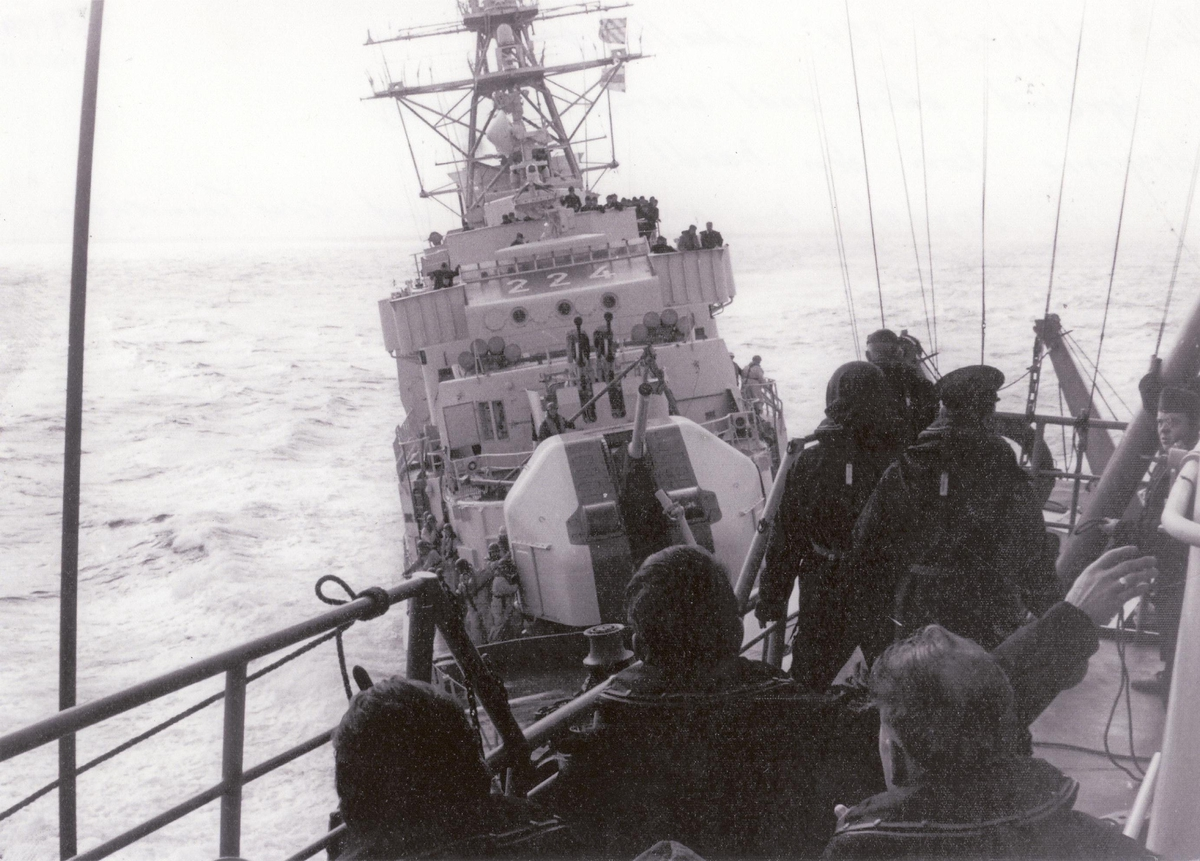 """Enkeltbilde. KNM Tronsheim i kollisjon med tysk fregatt 1971. Fregatten """"Lybeck 224"""" skulle gå ut til styrbord etter endt overføringsøvelse, men dessverre kom den hardt babord. Kollisjon var uungåelig. Kom med 15 knop mot KNM Trondheim."""