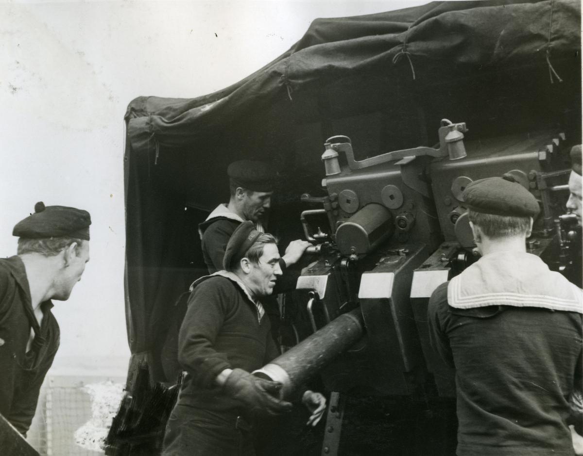 "Album Glaisdale H.Nor.M.S. ""Glaisdale"". Fotograf: Keystone press. Lader kanonen."