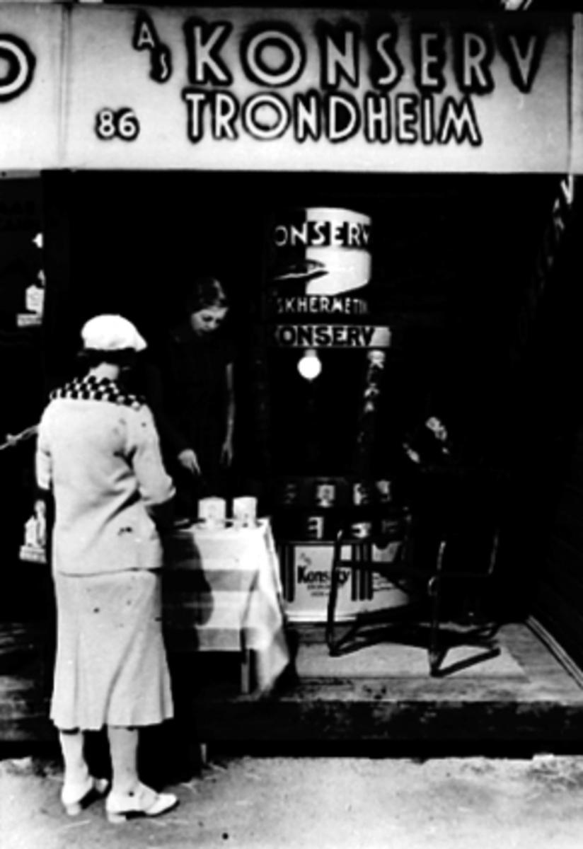 VAREMESSEN 1933, DEMONSTRASJON AV FISKEHERMETIKK A. S. KONSERV FRA TRONDHEIM, MINA ELTON FLAGSTAD