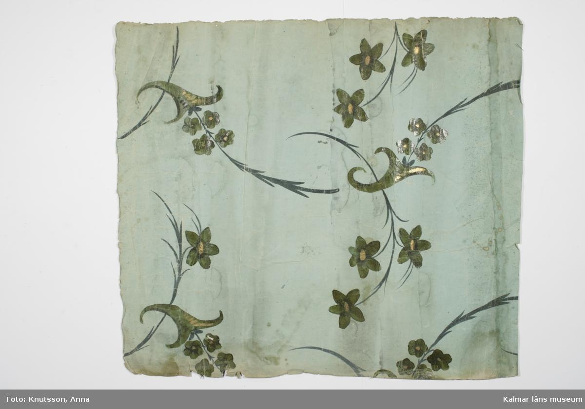 KLM 9294:1. Tapet, av papper. Handmålad. Ljusgrön botten med målade vaser och större och mindre blommor och bladslingor i mörkgrönt, svart och guld.