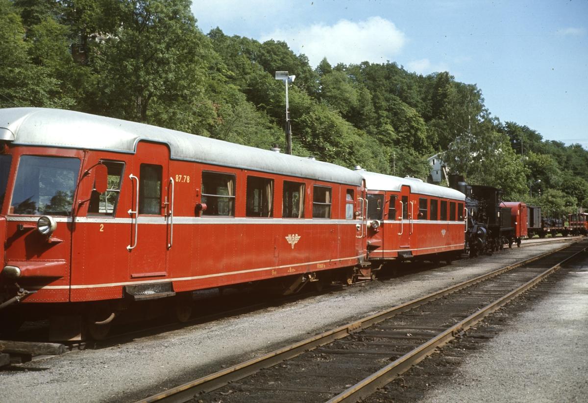 Dieselmotorvogner type 87 nr 78 og 81 og damplok type 21a hensatt i Arendal etter Treungenbanens nedleggelse året før.