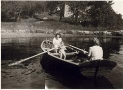 To kvinner og et barn i robåt. Ferieliv på Oslo Godtemplarun