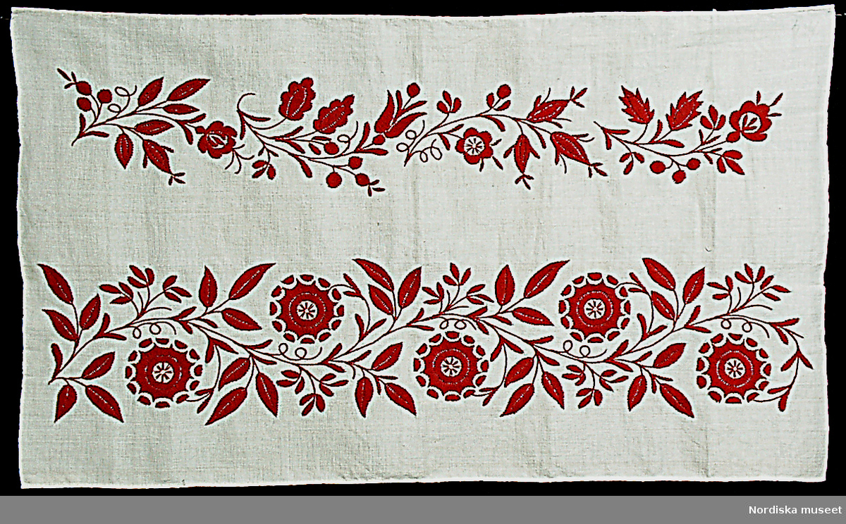 """A-F. 6 prover, broderade med ensidig plattsöm och stjälksöm s.k. Delsbosöm eller som den kallas i Delsbo """"långsöm"""" på halvblekt halvlinne med 4 trådar rött tvinnat bomullsgarn. Mönstren först uppritade på tyget med blyerts efter mallar. Tygerna är otvättade och """"riten"""" syns under broderiet. /Berit Eldvik 2005"""