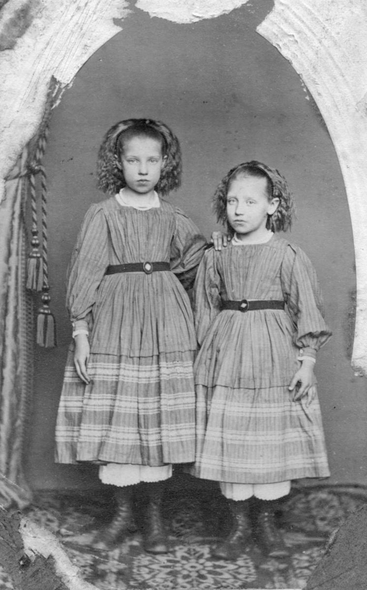 Kitty og Thea Bøhnsdalen. Tantene mine som skolepiker. (Skrevet av Karen Sofie Bønsdalen)