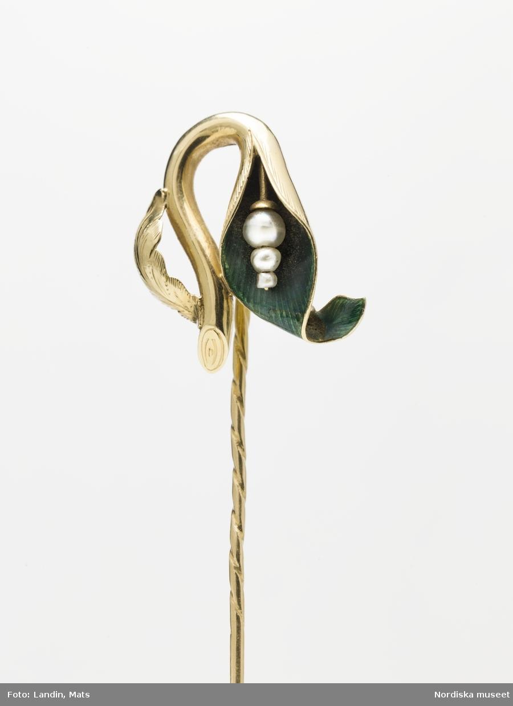 Smycke. Kråsnål av guld med grön emalj och pärlor.Tillverkad av Carl Tegstedt Göteborg ca 1850. Föremål ur Nordiska museets samlingar invnr.NM.0184210, fotograferad inför utställning Smycken med öppningsdatum 2012-09-14.  Se även föremålsposten/relaterade objekt.