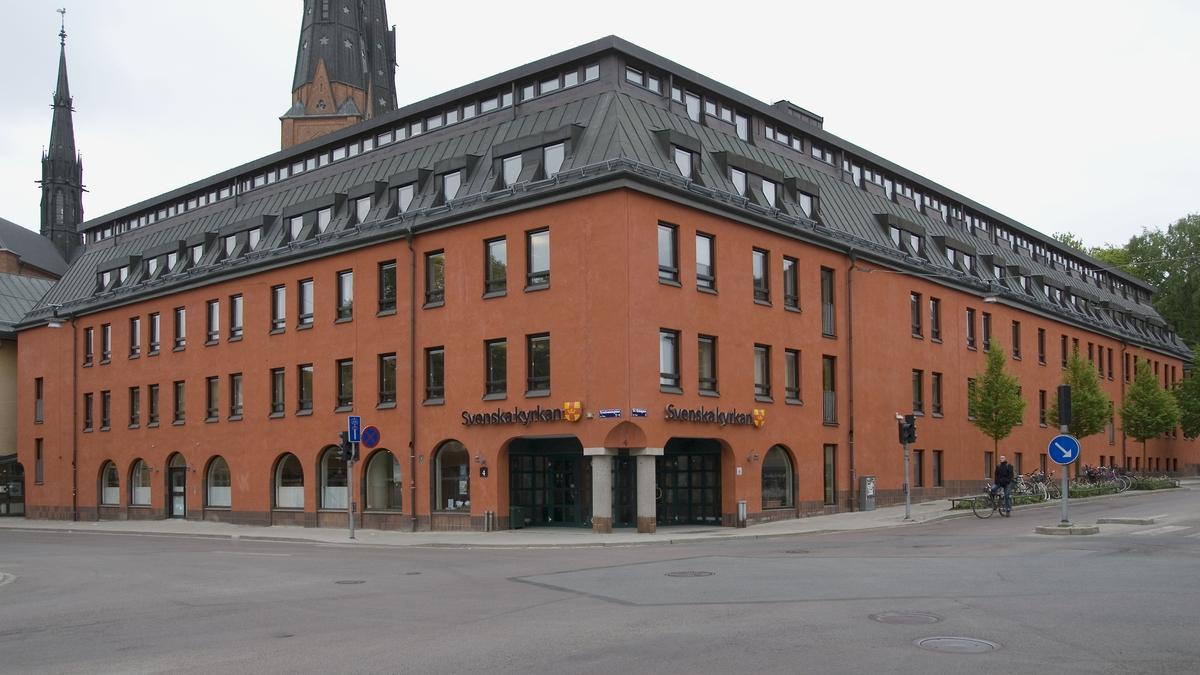 Vid slutet av 1960-talet revs den småskaliga bebyggelsen i kvarterets västra del och 1974 uppfördes för Svenska kyrkans kansli Kyrkans hus, senare påbyggt med en takvåning, kvarteret Disa, Uppsala 2008