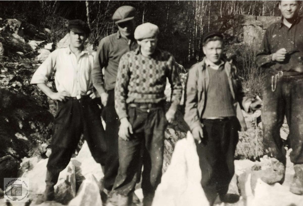 Ungdom på vegarbeid i Gydalen mellom Flottorp og Eiken.