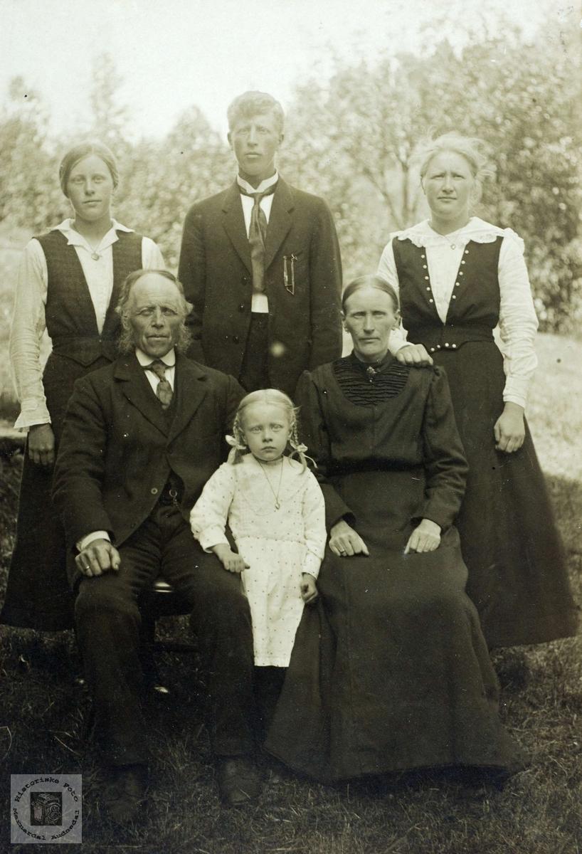 Familieportrett av familien Flottorp. Grindheim Audnedal.