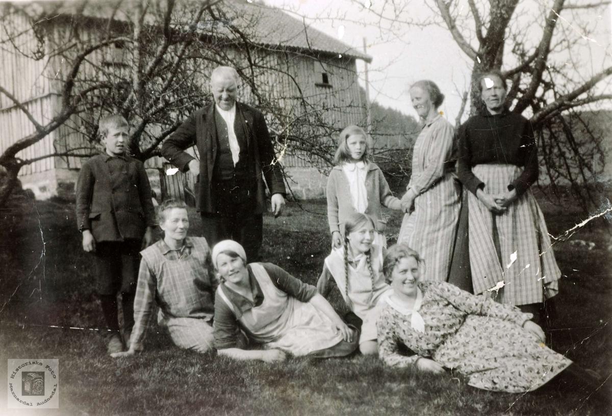 Gårdsfolk på Høyland i Grindheim Audnedal.