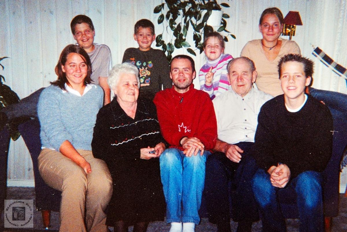 Torhild og Lars Hårtveit med alle sine barnebarn. Audnedal.