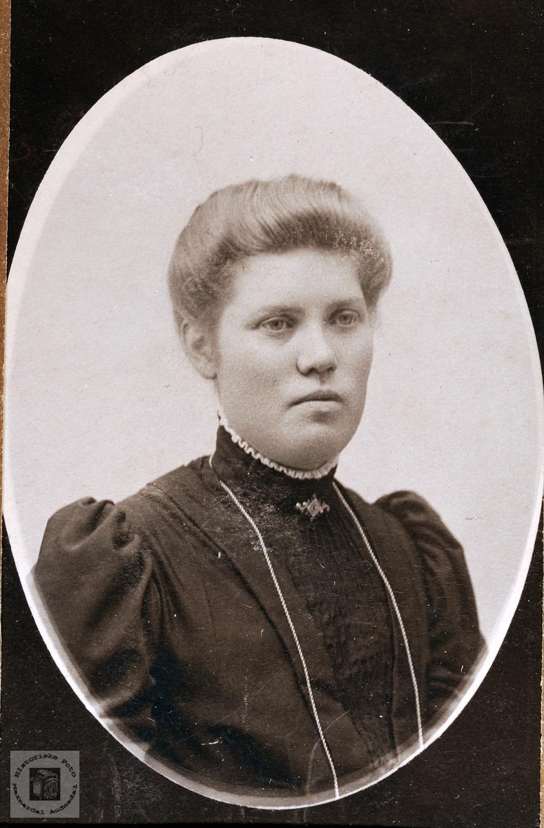 Portrett av Berthe Flåt. Bjelland.